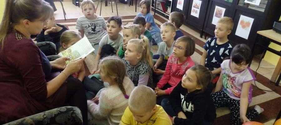 Dyrektor Małgorzata Kraśniewska przeczytała dzieciom bajkę o żółwiu Franklinie