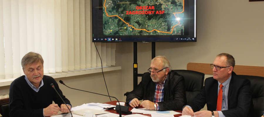 Spotkanie w starostwie. Od lewej: lekarze weterynarii Maurycy Olczyk i Tadeusz Wojnicz oraz starosta powiatu Wojciech Prokocki