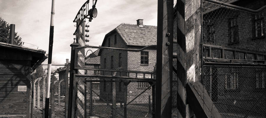 Brama główna w w Auschwitz z napisem Arbeit macht frei. To były niemiecki nazistowski obóz koncentracyjny i zagłady