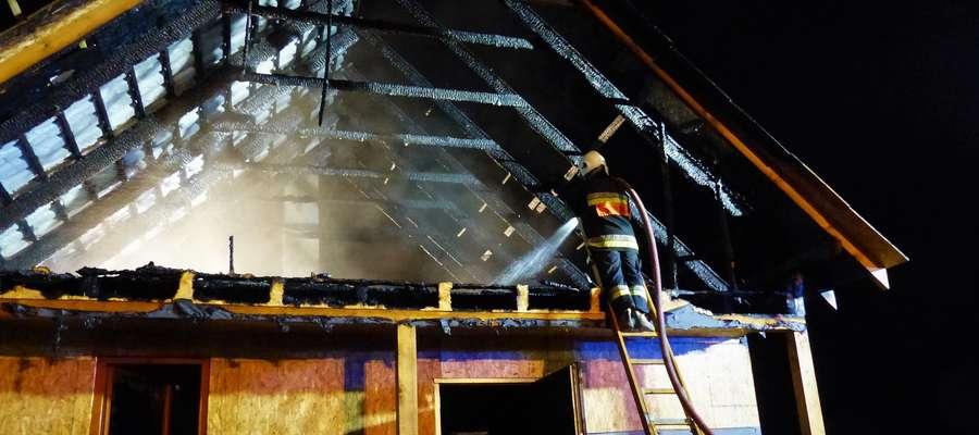 Dogaszanie pożaru przez strażaków