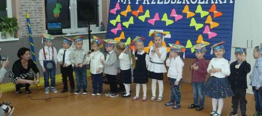 Przedszkolaki podczas uroczystości w szkole