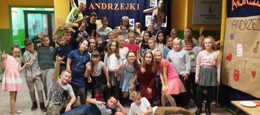 Uczniowie z Zajączkowa na pamiątkowej, andrzejkowej fotografii