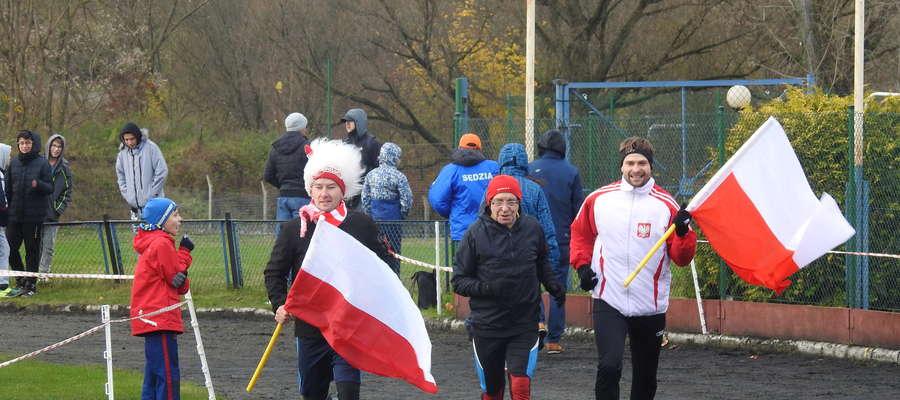 Niektórzy biegacze nie zapomnieli o biało - czerwonych flagach