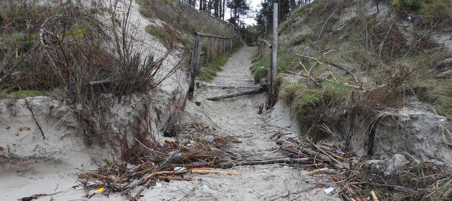 Sztorm na morzu kolejny raz dał się we znaki plażom na Mierzei Wiślanej. Tutaj plaża w Stegnie po sztormie w listopadzie 2017 roku