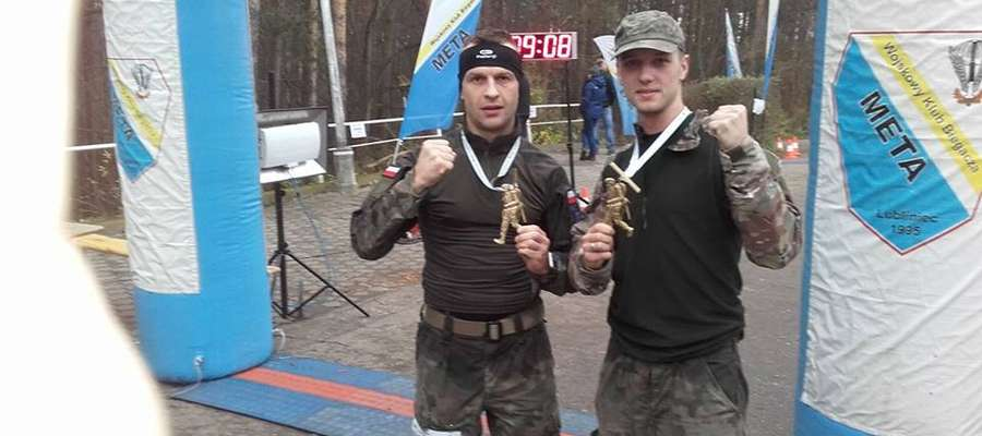 """Popularny """"Duchu"""" (po lewej) do Maratonu Komandosa przystąpił po ledwie 3 godzinach snu"""