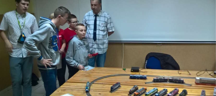 Damian Sikorski zaprezentował młodzieży swoją kolekcję modeli kolejowych
