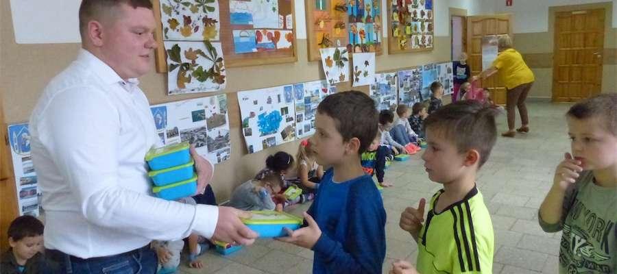 Bartosz Czajkowski reprezentujący firmę ze Smolnik rozdawał śniadanka pierwszakom ze Szkoły Podstawowej nr 4 w Iławie