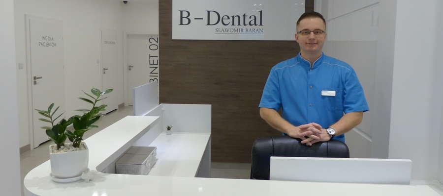 Lekarz dentysta Sławomir Baran, specjalizuje się chirurgii stomatologicznej, implantologii, protetyce oraz endodoncji