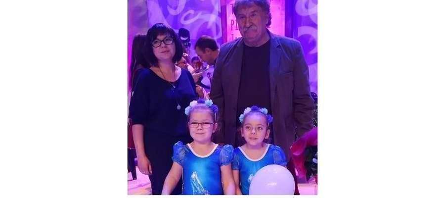 """""""Trzpiotki"""" wspólnie z Janem Wojdakiem i  Anną Stahlke – instruktorem śpiewu dziewczynek."""