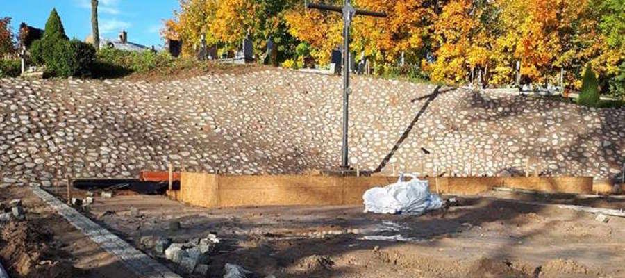 Budowa panteonu w Orłowie. Zdjęcie archiwalne.