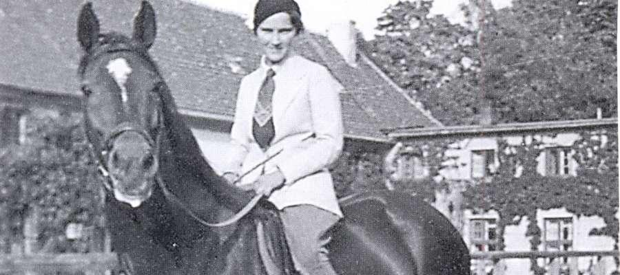 """Marion Gräfin Dönhoff na ulubionym ogierze """"Alarich"""" - zdjęcie wykonano około 1941 roku"""