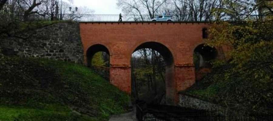 Mężczyzna chciał odebrać sobie życie skacząc z mostu do rzeki