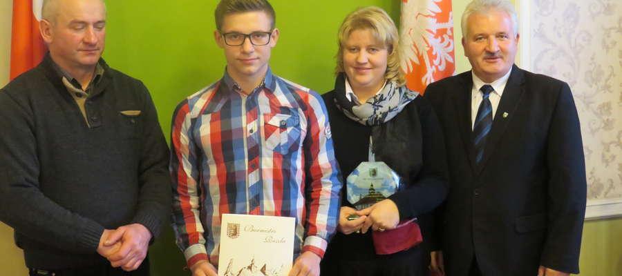 Burmistrz Reszla Marek Janiszewski nagrodził Konrada Łazarczyka.