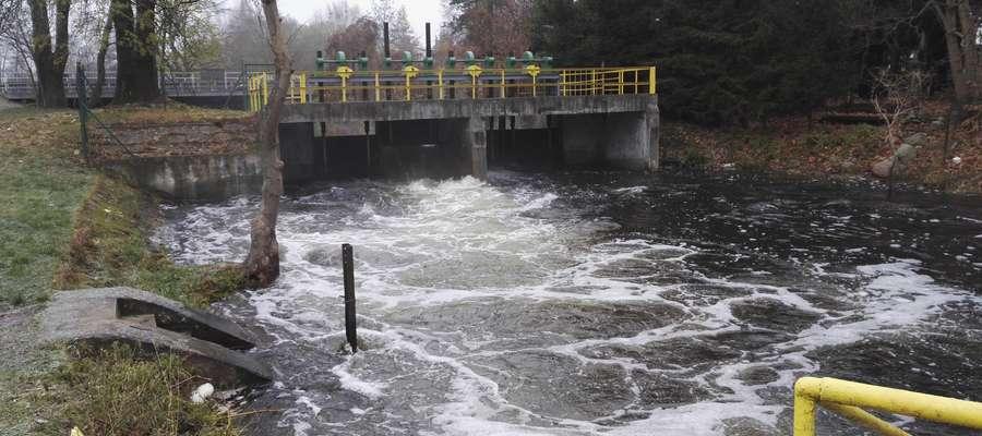 Poziom wody w Jezioraku regulowany jest m.in. poprzez jaz wodny na Iławce