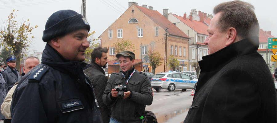 Asp. sztab. Andrzej Pietnoczka odebrał klucze do nowego posterunku z rąk wiceministra Jarosława Zielińskiego (z prawej)