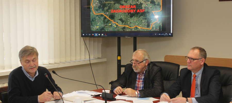 Tadeusz Wojnicz (w środku) podczas posiedzenia powiatowego sztabu kryzysowego dotyczącego ASF.