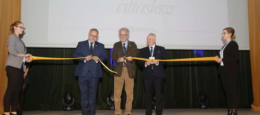 Symboliczne otwarcie biura Cittaslow w Olsztynie. Od lewej: Jacek Kostka, Pier Giorgio Oliveti i Gustaw Marek Brzezin