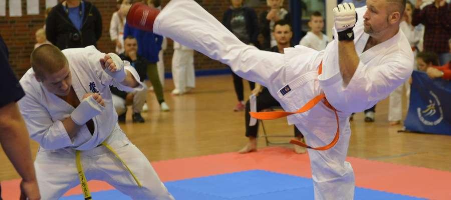 Po prawej stronie Andrzej Galik (Iławski Klub Kyokushin Karate )
