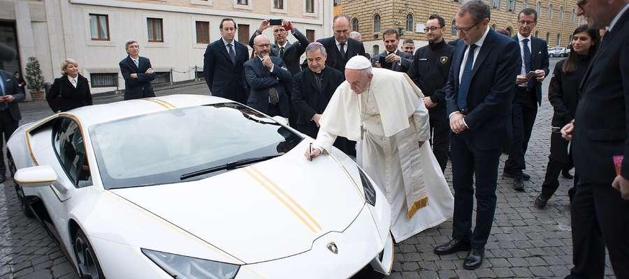 Papież Franciszek w lamborghini?