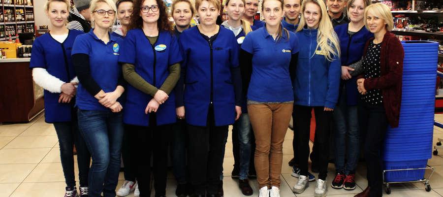 Część załogi największego w Bisztynku sklepu wraz z Aliną i Robertem Mroczkami.
