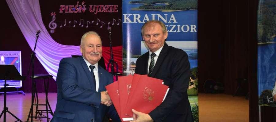 Marszałek województwa Gustaw Marek Brzezin (z lewej) i wójt Krzysztof Harmaciński chwilę po podpisaniu umów