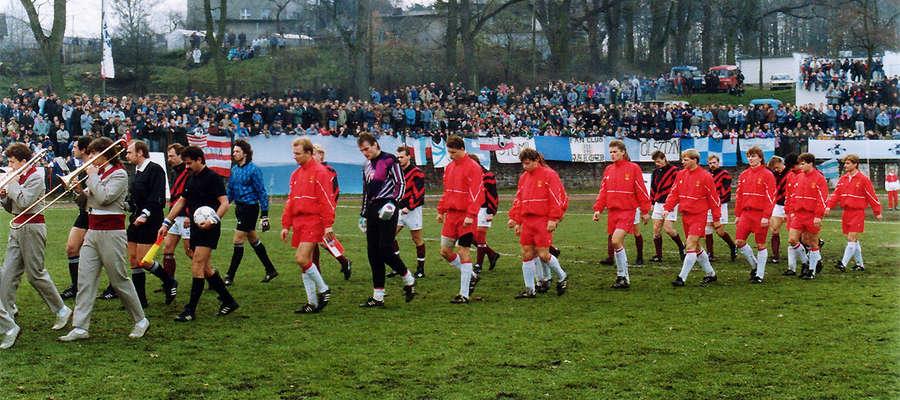 Reprezentacje Polski i Łotwy wychodzą na plac gry. Na trybunach iławskiego stadionu tłumy