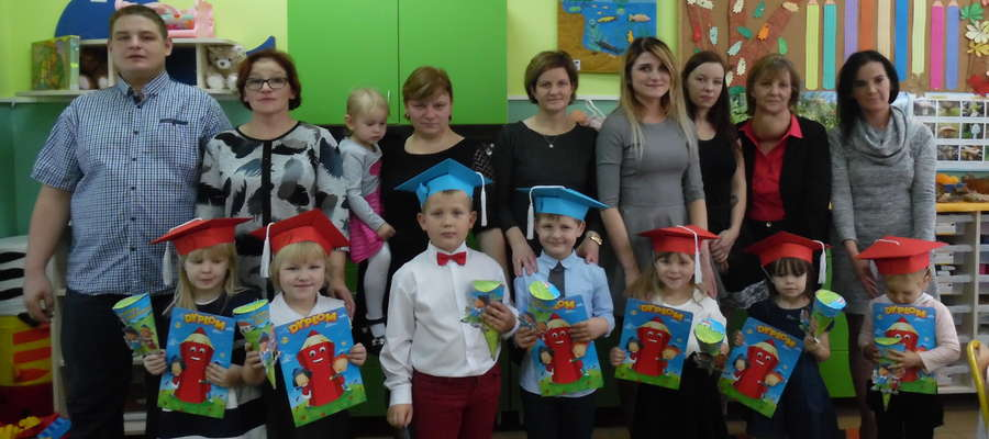 Przedszkolaki, ich rodzice i nauczyciele w uroczystym dniu