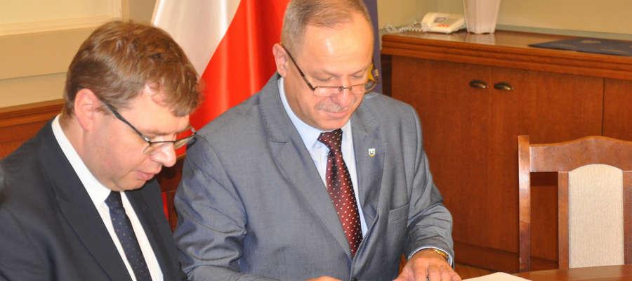 (Z lewej) Wojewoda Artur Chojecki oraz starosta piski Andrzej Nowicki