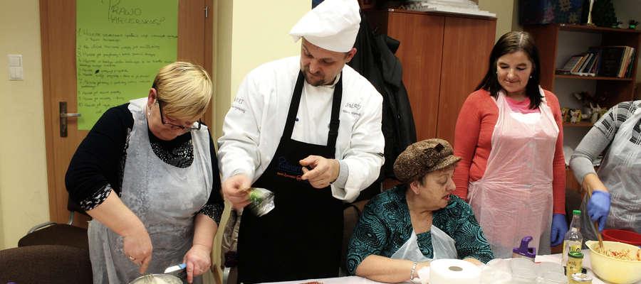 Edukator Banku Żywności, szef kuchni Maciej Maciejewski poprowadził w Bisztynku warsztaty kulinarne.