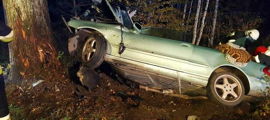 Do uwolnienia poszkodowanych z pojazdu niezbędne okazało się użycie narzędzi hydraulicznych.