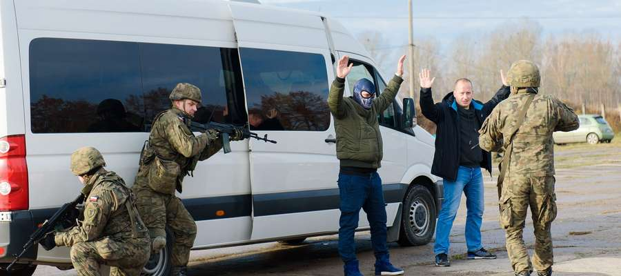 Scenariuszem działań studentów były negocjacje z porywaczami autobusu z młodzieżą szkolną