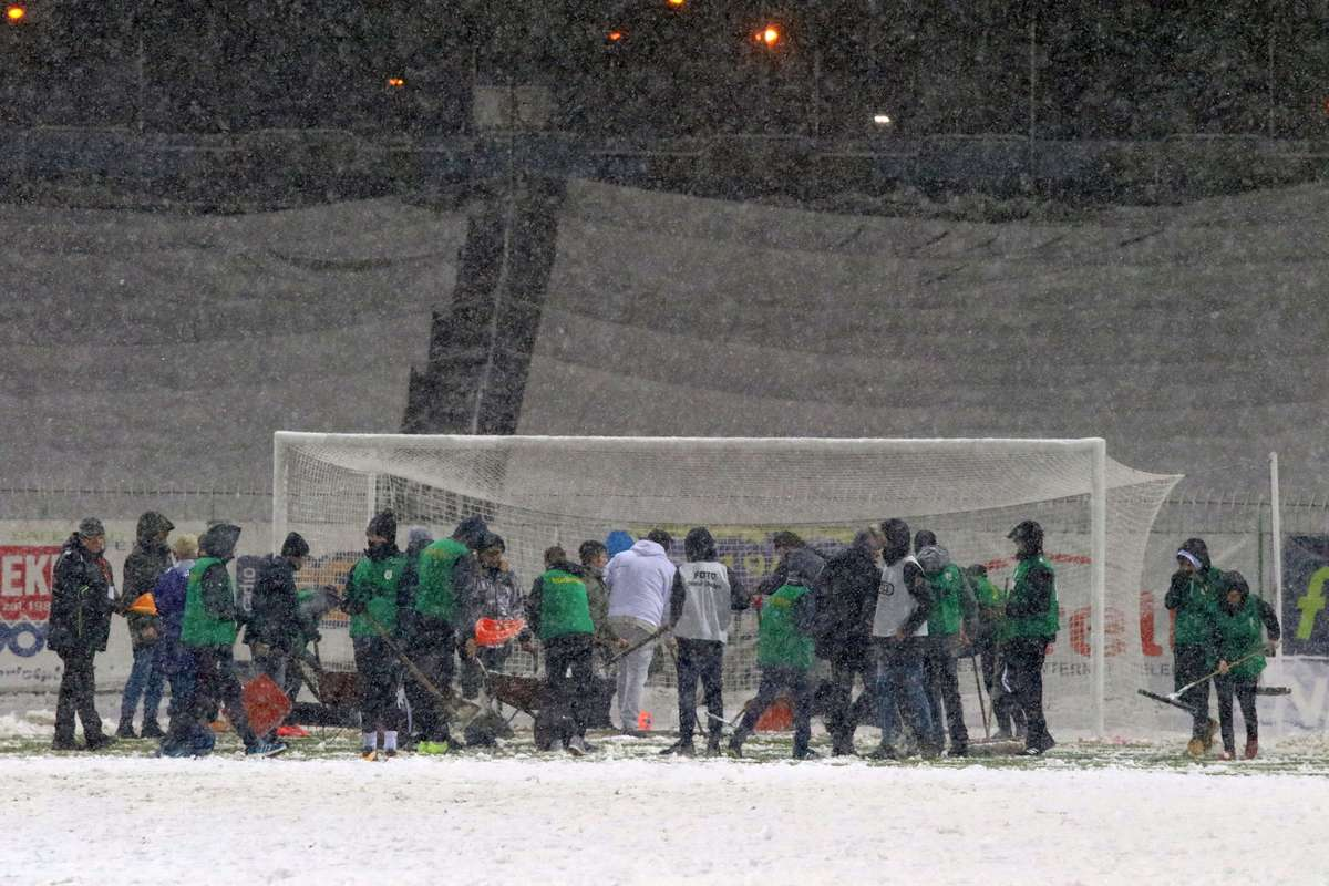 Śnieg wygrał z piłką