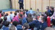 Dzielnicowy spotkał się z uczniami szkoły w Rudce