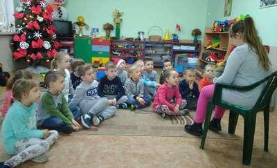 Wolontariusze czytają przedszkolakom