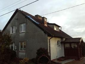 W Łojdach wiatr zerwał fragment poszycia dachu z budynku.