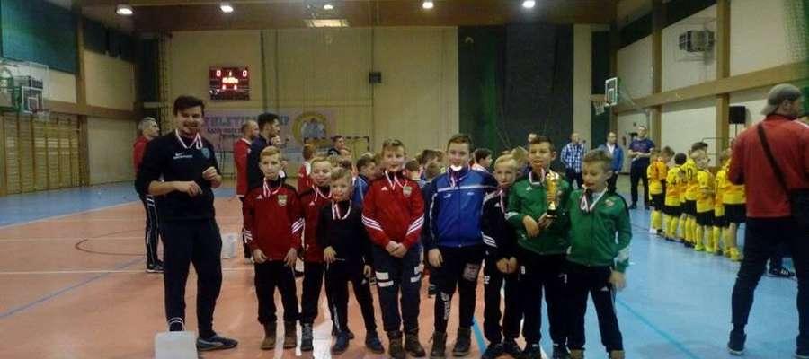 Drużyna Wkry Żuromina z dumą eksponowała brązowe medale