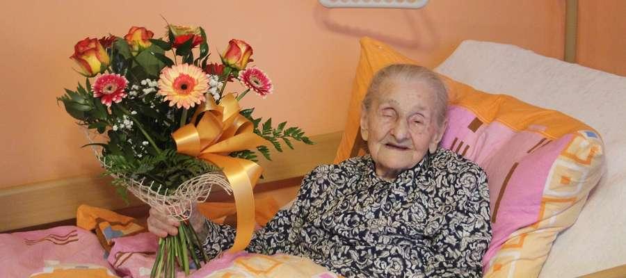 Z okazji urodzin wręczyliśmy Pani Helenie Milewskiej bukiet kwiatów