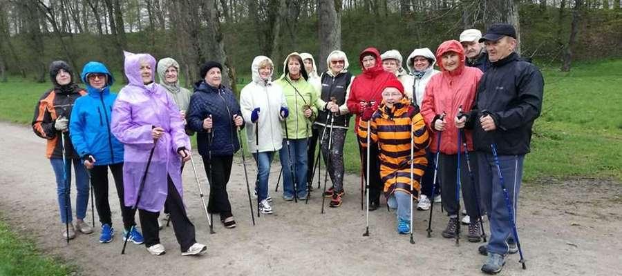 """Jednym z elementów programu """"Senior — Sprawniejszy"""" był marsz nordic walking"""