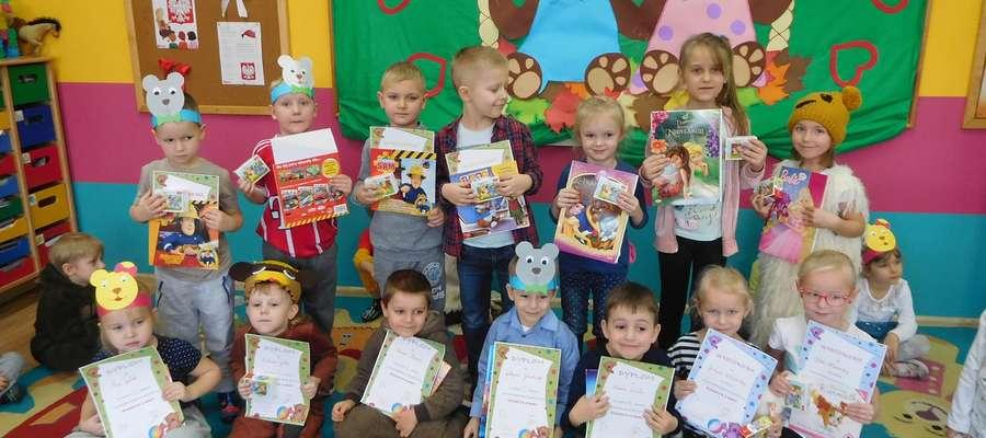 """Dzieci za udział w konkursie """"Wierszyk o Misiu"""" otrzymały dyplomy i nagrody"""