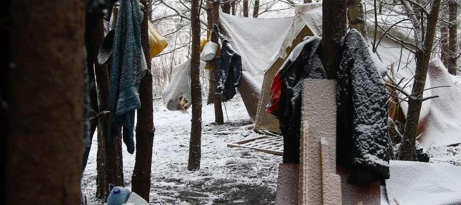 """""""Nikogo nie będę prosił o pomoc"""". Jak żyją bezdomni w Olsztynie? [VIDEO]"""