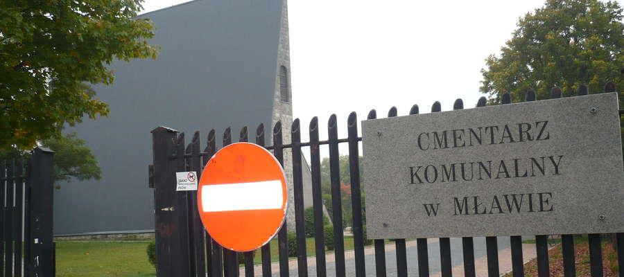 Na cmentarzu komunalnym znajduje się 3053 grobów ziemnych i murowanych