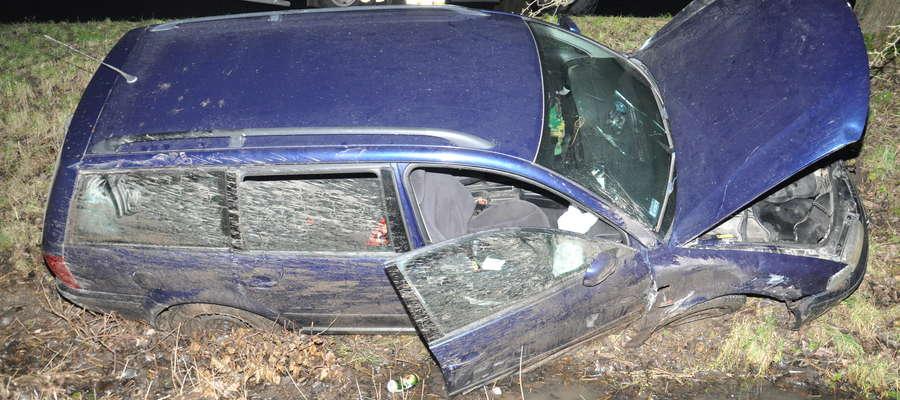 Pijany kierowca przewoził dwóch pasażerów. Pod Rodelami wypadł z drogi.