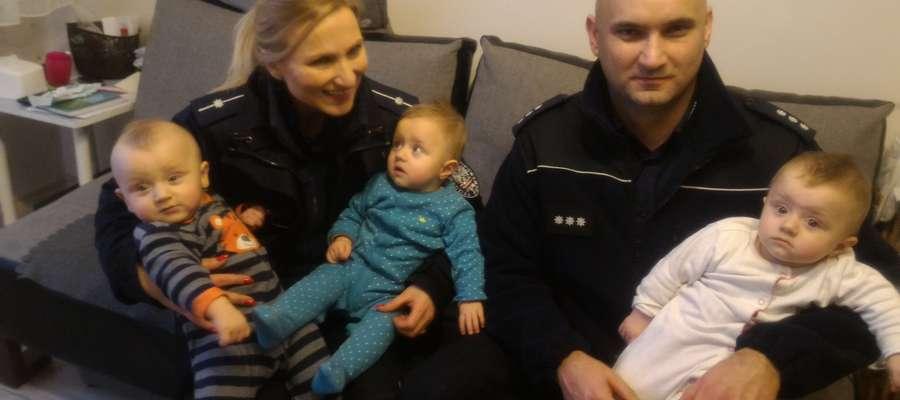 Rodzice Mikołaja, Liwii i Mai otrzymali z komendy powiatowej w Mrągowie naprawdę duże wsparcie.