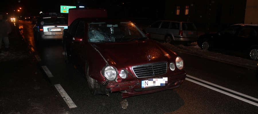 Mercedes uderzył w idącą przy krawędzi jezdni 16-latkę.