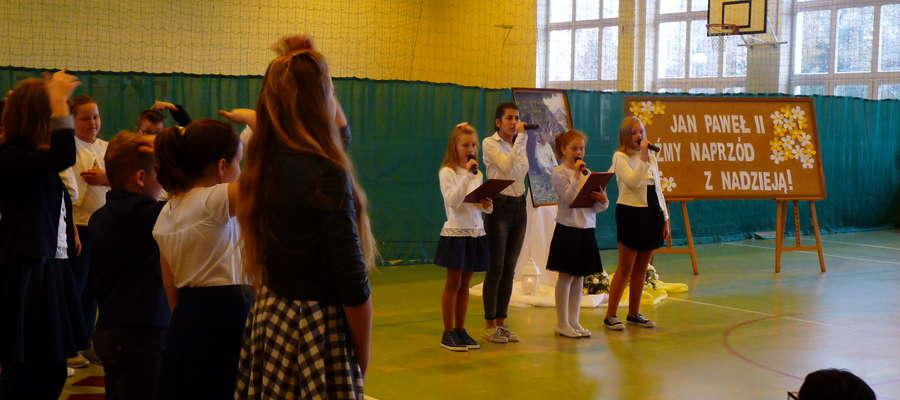 Uczniowie podczas występu na apelu