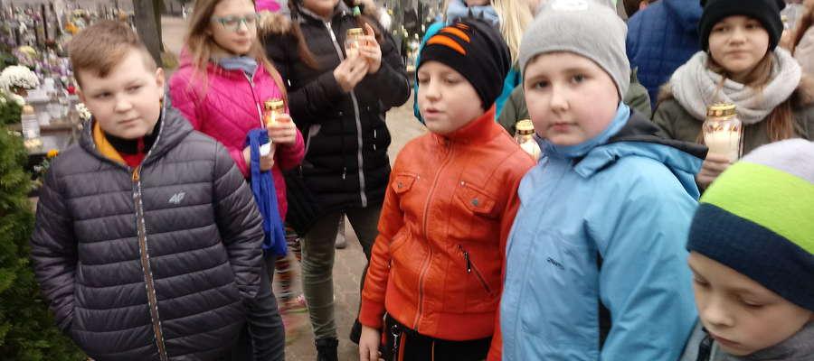 Uczniowie SP 2 odwiedzili cmentarz i miejsca pamięci w Nowym Mieście
