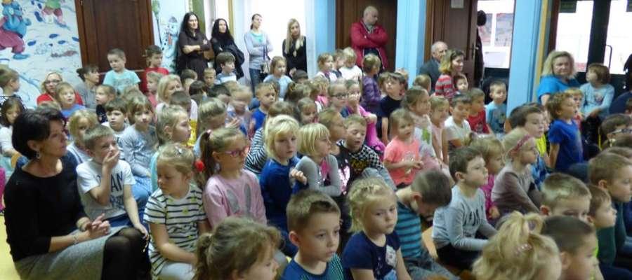 Przedszkolaki zasłuchane podczas koncertu