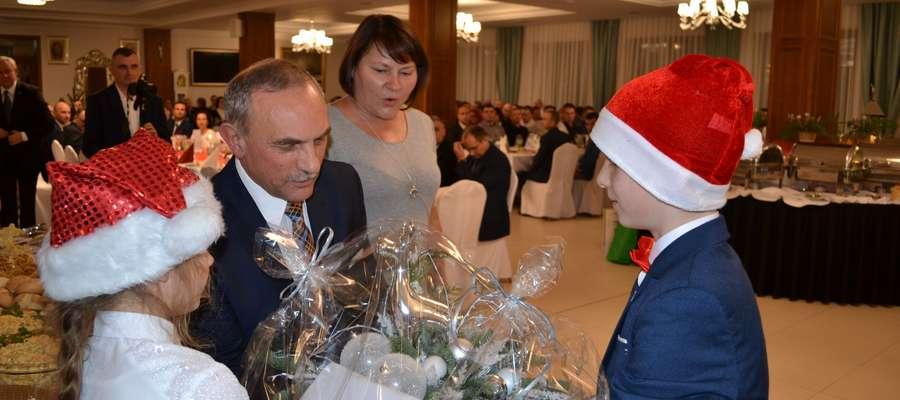 Uczniowie przekazują świąteczny stroik państwu Szynaka