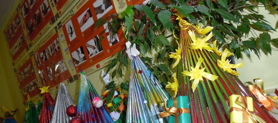 Dzieci wykonały świąteczne stroiki i choinki