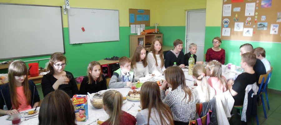 Uczniowie zasiedli z wychowawcami przy wigilijnych stołach